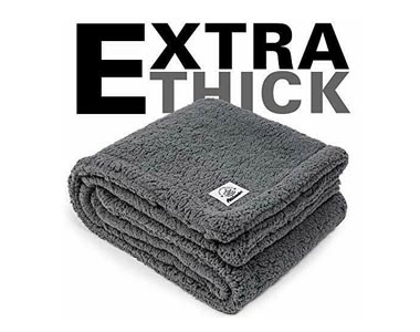 9. CHEE RAY Extra Thick Washable Blanket for Dogs